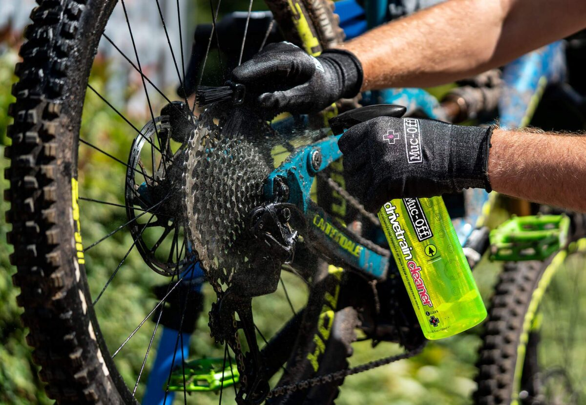 - Muc-Off Drivetrain Cleaner, čistilo za verigo in zobnike - OPTIBIKE